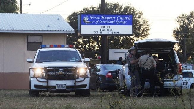 Al menos 26 muertos por tiroteo en una iglesia de Texas