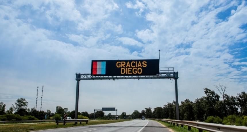Homenaje a Diego Maradona en la autopista Santa Fe - Rosario