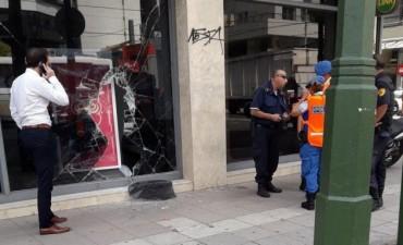 Lomas de Zamora: rompieron el blindex de un banco con una maza y se robaron 650 mil pesos