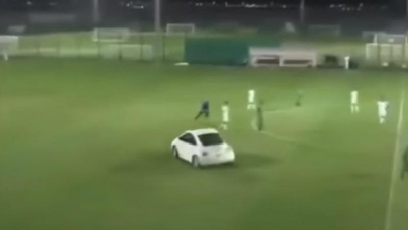 Invadieron un partido de fútbol en un auto