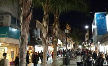 En la previa del feriado los comercios de la peatonal abrirán hasta las 22