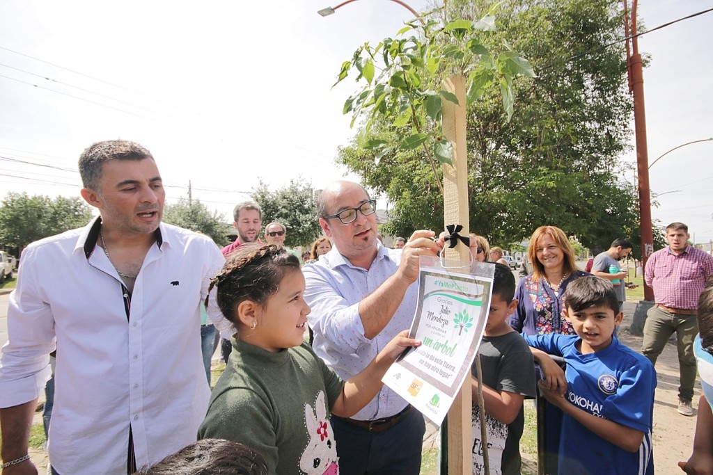 """Los frentistas serán """"padrinos"""" de los árboles plantados en Avenida Peñaloza"""