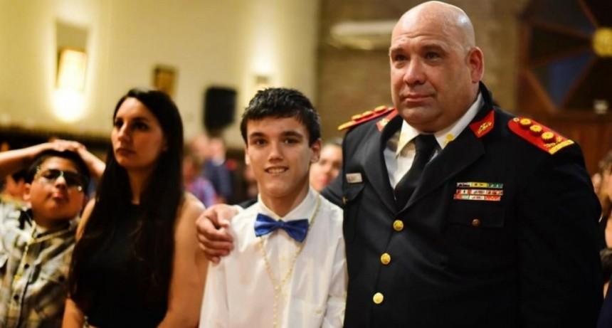 Un joven eligió al bombero que le salvó la vida como padrino de confirmación
