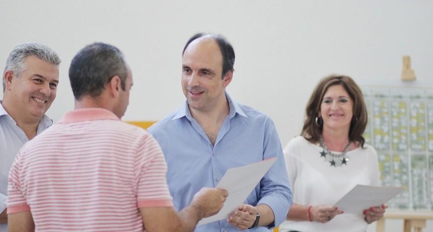 Corral entregó boletos de compraventa en Nueva Esperanza
