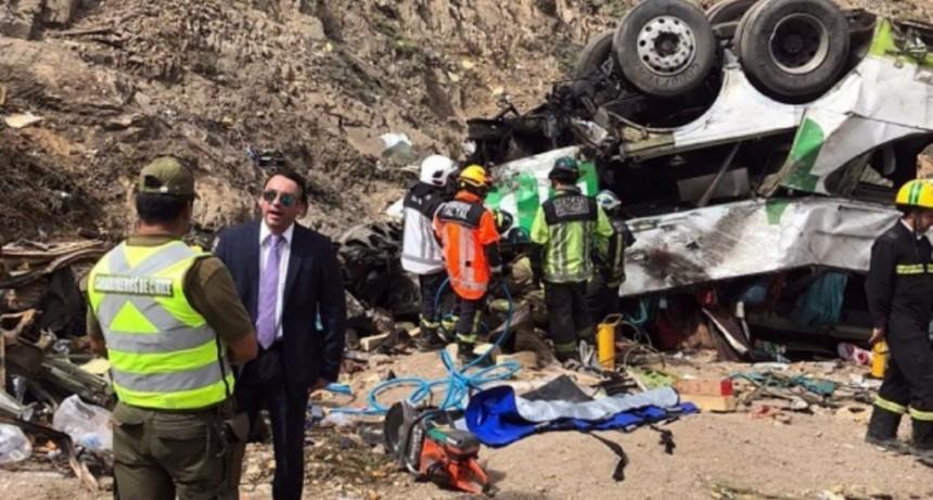 Al menos 20 muertos en Chile tras la caída de un micro por un barranco